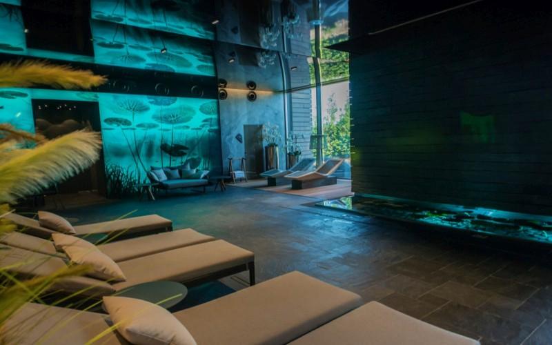 Relaxační zóna wellness od Aquamarine Spa s vyhřívanými lehátky