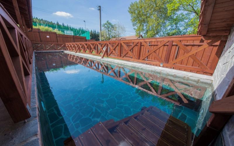 Detail bazénu z betonu a kamenným obložením- Aquamarine Spa