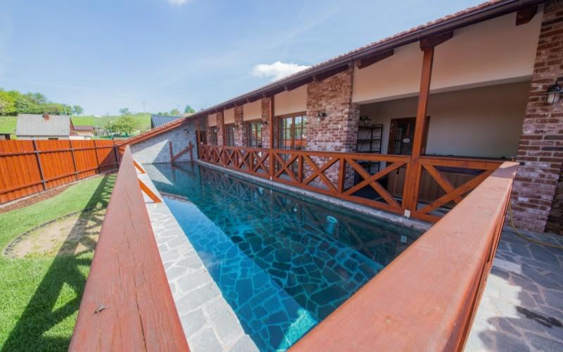 Betonový bazén obložený kamenem v penzionu Starý svět