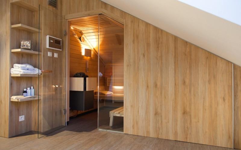 Luxusní sauna se vestavěná v podkrový bytu se šikmým stropen