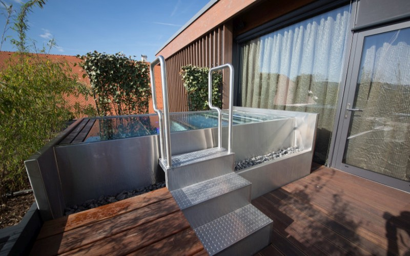 Luxusní přelivná nerezová vířivka od Aquamarine Spa ve wellness hotelu