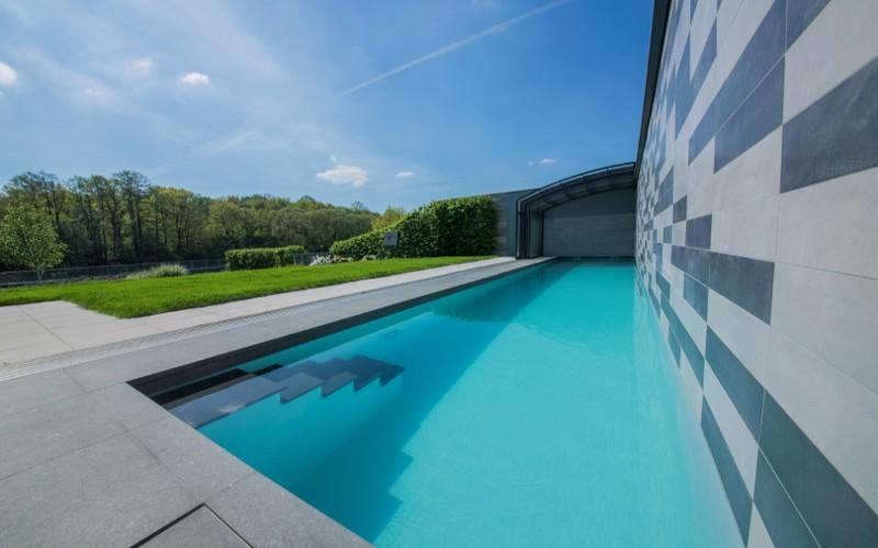 Betonový bazén s technologií Aquamarine Spa a zasouvacím zastřešením