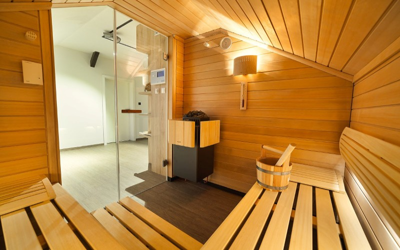 Interiér sauny se zkoseným stropem- sauny na míru- Klafs
