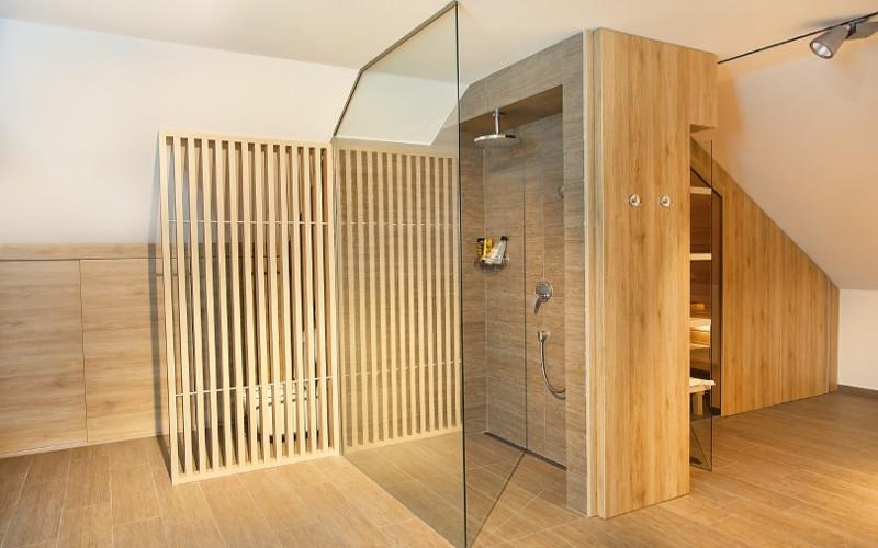 Sauna Klafs od Aquamarine Spa v podkroví se šikmým stropem