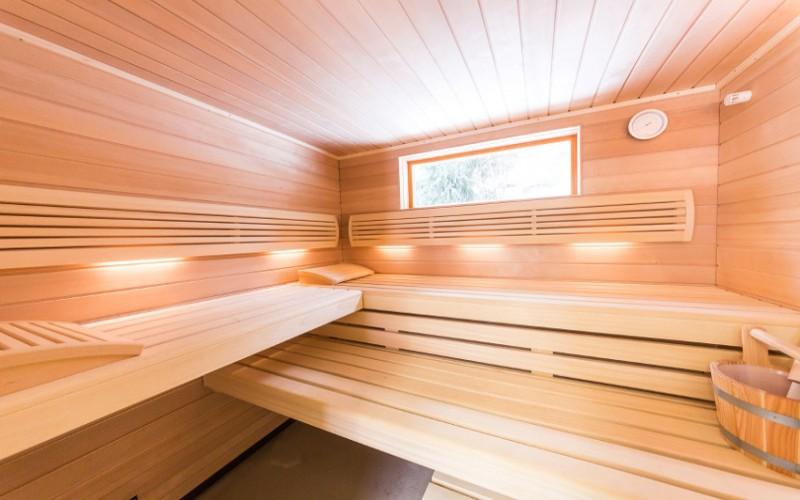 Venkovní sauna Klafs v domečku na zahradě s oknem ven
