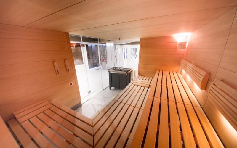 Velká profesionální sauna v komerčním provozu hotelu Tree of Life