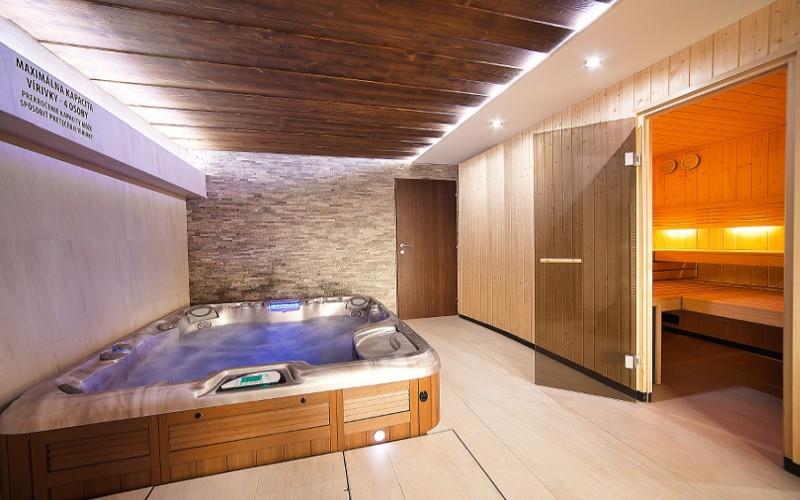 Sauna a vířivka od Aquamarine Spa v privátním wellness hotelu