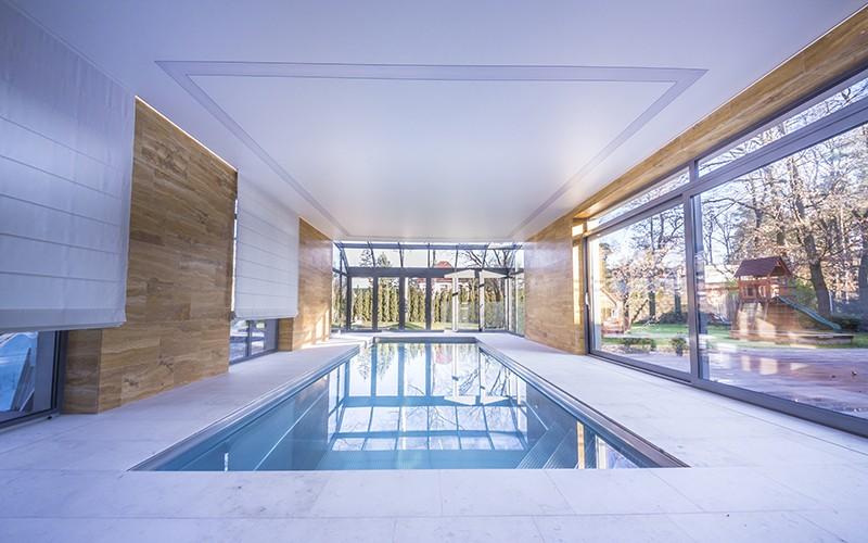 Velký nerezový bazén v komerčním wellness s nerezovým chrličem