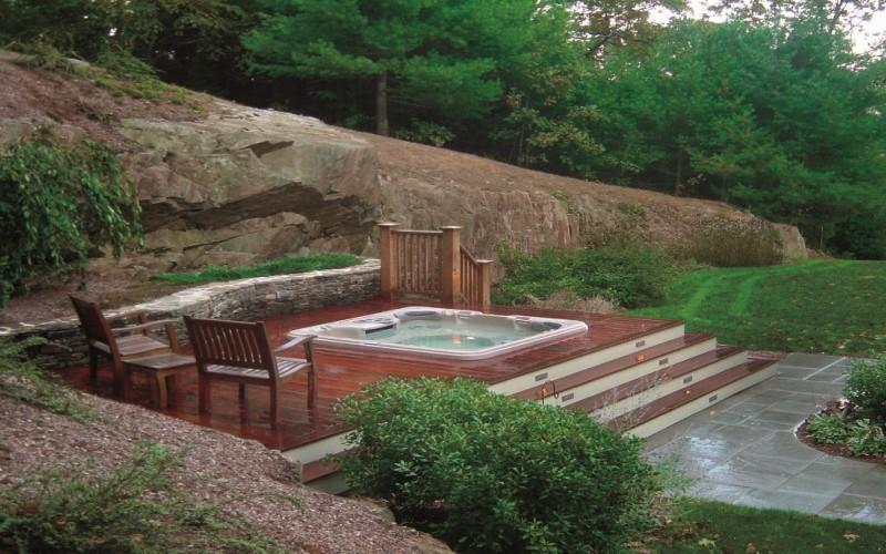Relaxační místo s vířivkou Sundance Spas na zahradě