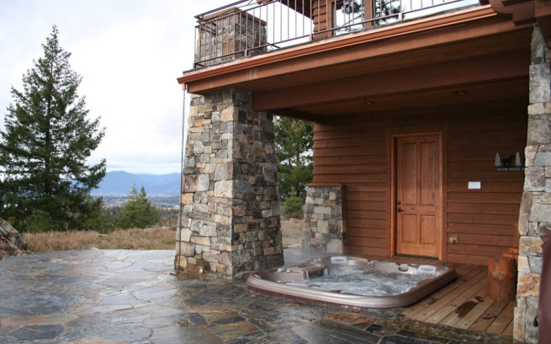 Venkovní zapuštěná vířivka na terase rodinného domu