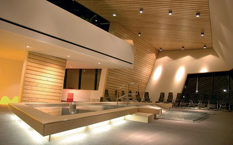 Privátní velká sauna na mísru s podsvícenými lavicemi
