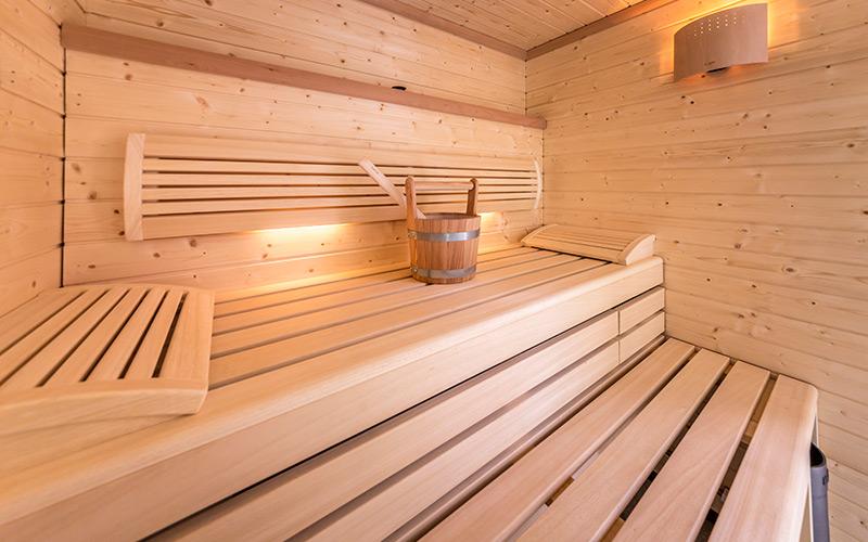Sauna pro 2-4 osoby s lavice ze dřeva Abachi a stěnami ze severského smrku