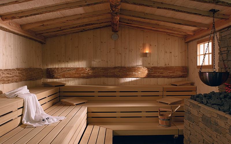 Interiér luxusní venkovní srubové finské sauny Klafs