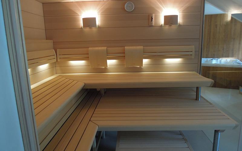 Interiér prosklenné sauny Klafs Premium