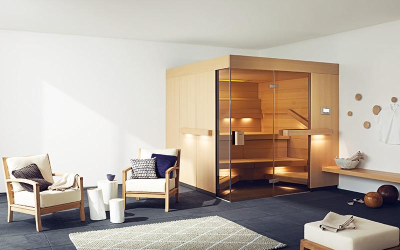 Desingová sauna Klafs Comfort se specifickým tvarem lavic