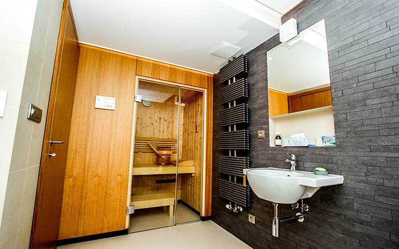 Relizace finské sauny Klafs v koupelně s obložením na přání klienta