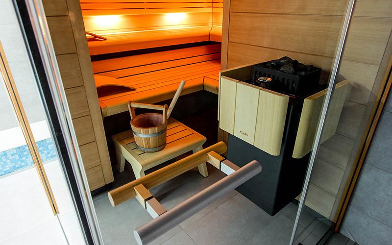 Kamna Pluris ve finské prosklené sauně Klafs