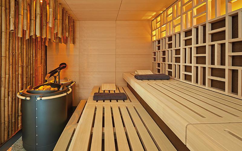 Profesionální sauna Klafs v komerčním wellness a designovou stěnou