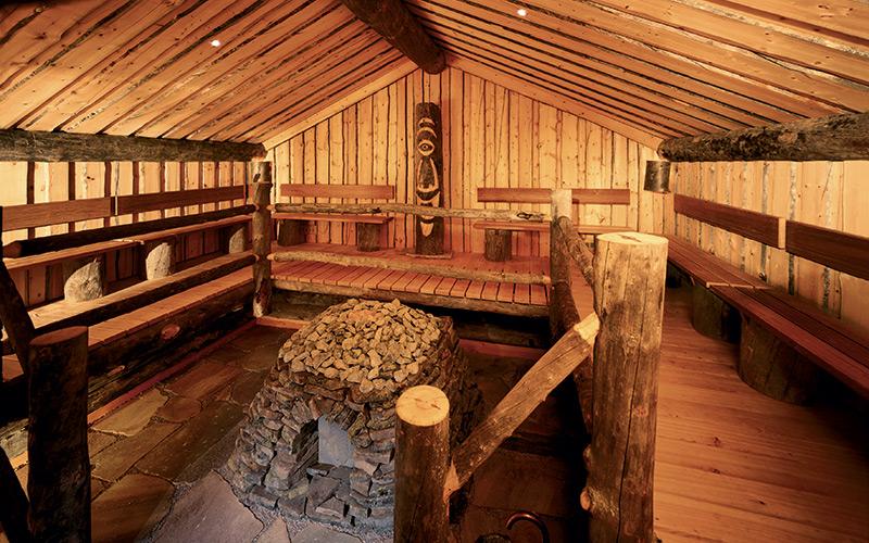 Venkovní Loftsauna Klafs vyrobená z unikátního několik století starého dřeva Kelo.