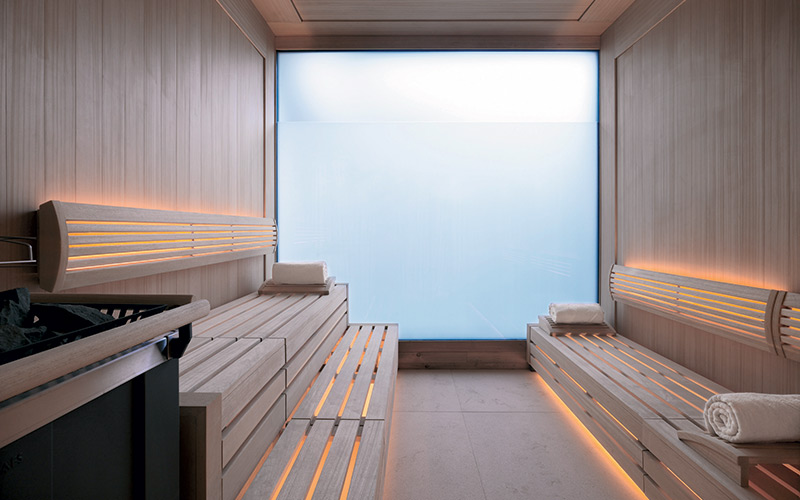 komerční sauna Klafs s osvětlením pod lavicemi