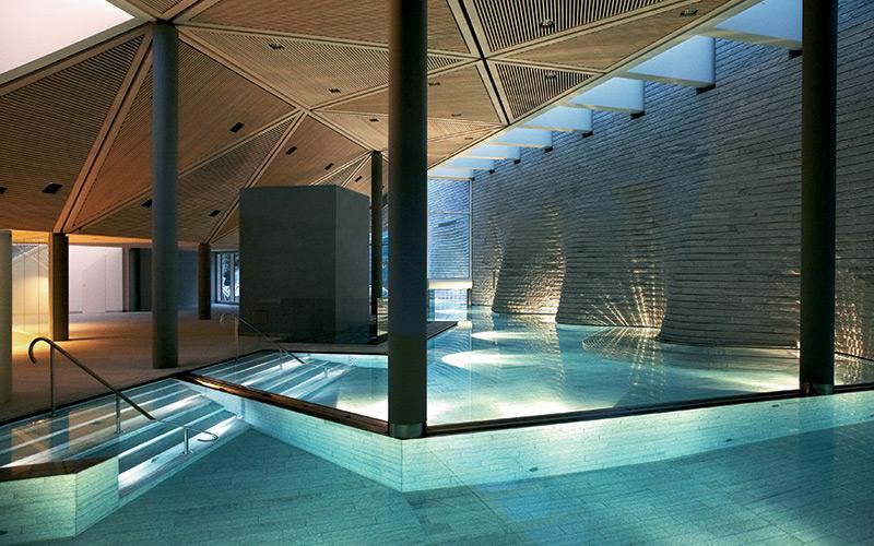 Designový luxusní bazén v komerčním wellness