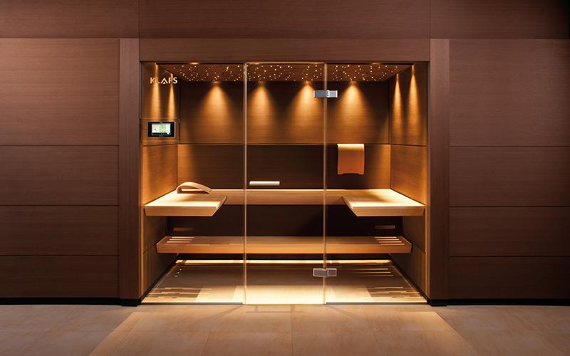 Designová vestavěná sauna Klafs s luxusními lavicemi a unikátním osvětlením