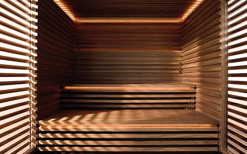 Luxusní vnitřek finské sauny Klafs s desingovými lavicemi a obložením