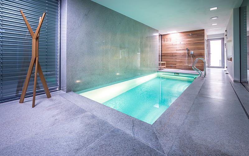 Malý luxusní zapuštěný betonový bazén s protiproudem