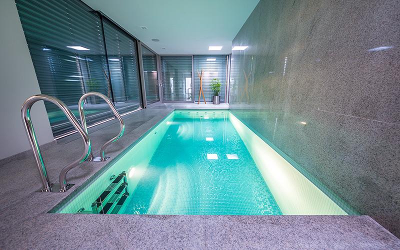 Betonový bazén Aquamarine Spa se skleněnou mozaikou s protiproudem