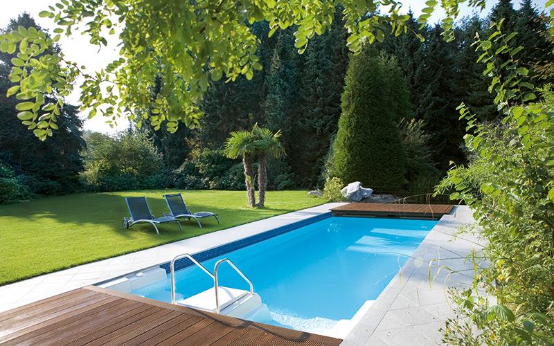 Moderní sklolaminátový bazén Riviera Pool na zahradě