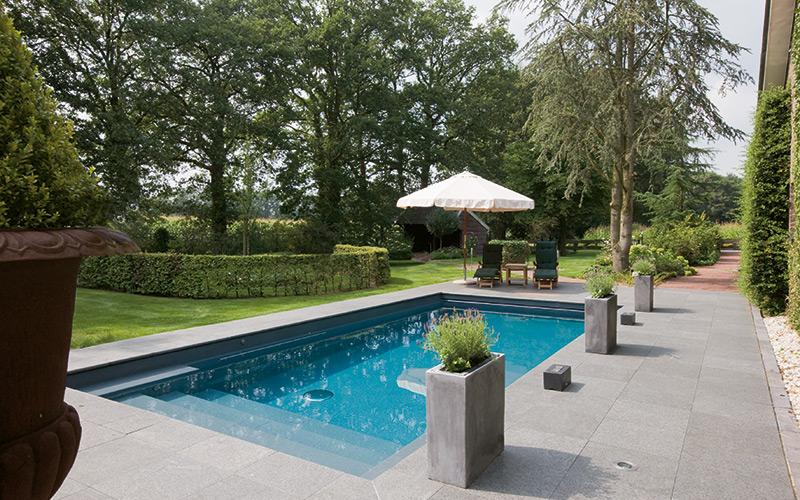 Typyzovaný moderní bazén Riviera Pool na zahradě