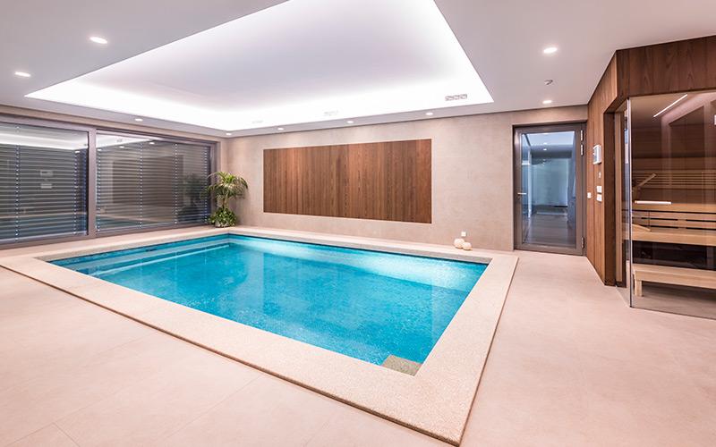 Minimalistický luxusní betonový bazén a sauna Klafs
