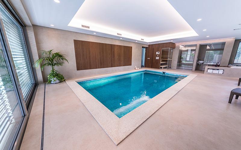 Exkluzivní betonový bazén v interiéru s luxusním obložením skleněnou mozaikou