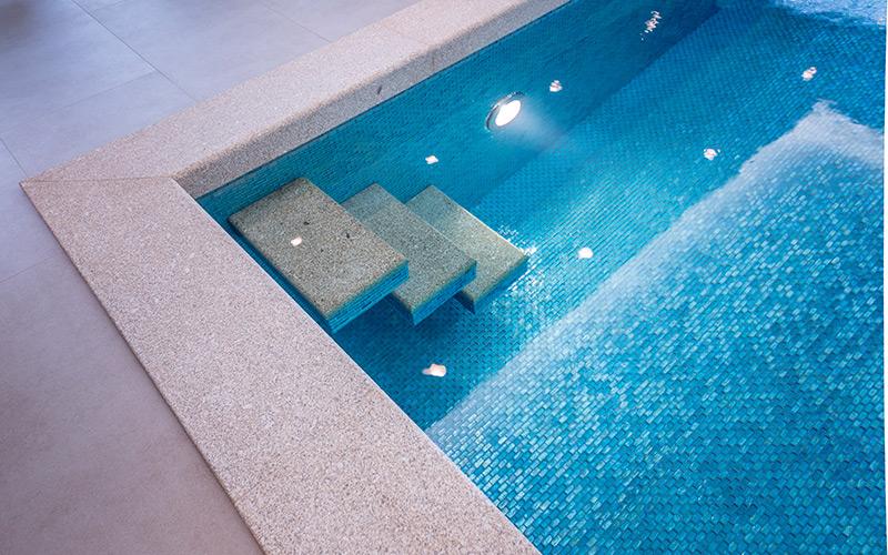 Luxusní betonový bazén Aquamarine Spa s designovými schůdky