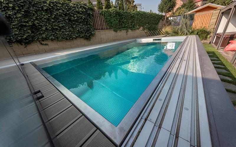 Nerezový bazén Imaginox umístěný na zahradě s posuným zastřešením