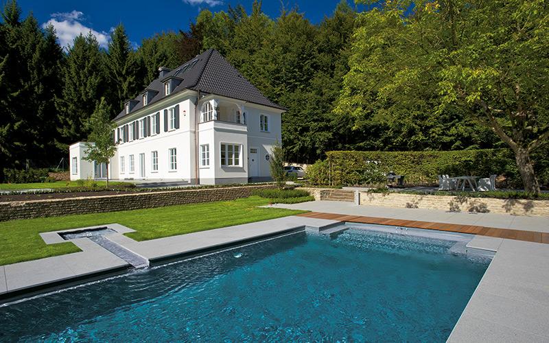 Moderní velký designový bazén Riviera Pool propojený s malým bazénkem
