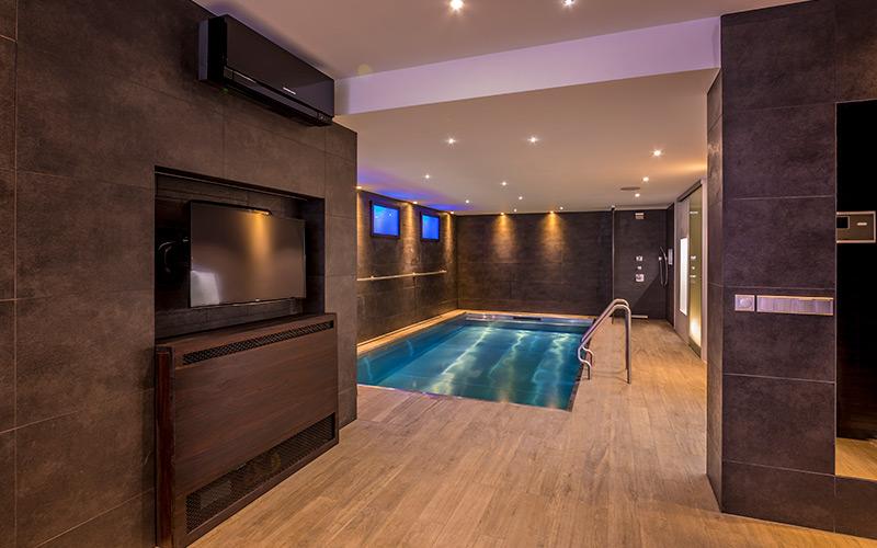Nerezový skimmerový bazén Imaginox v interiéru luxusního domu