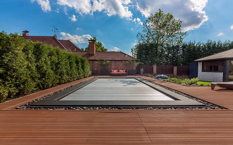 Solární zakrytí bazénu pomocí lamely ohřívá vodu v bazénu