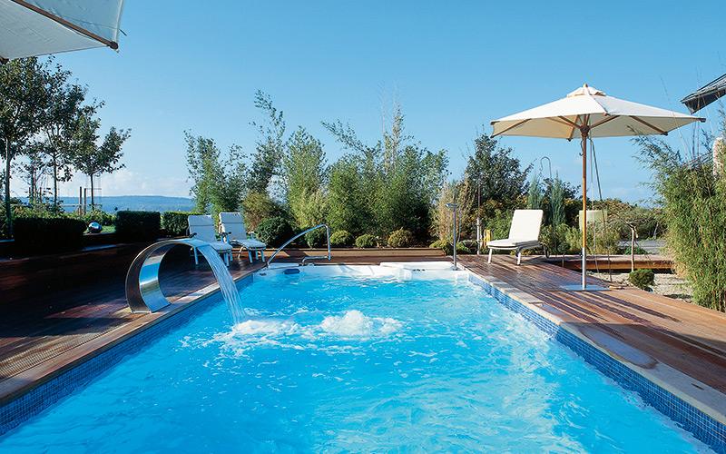 Venkovní zapuštěný bazén s chrličem a masážní stěnou