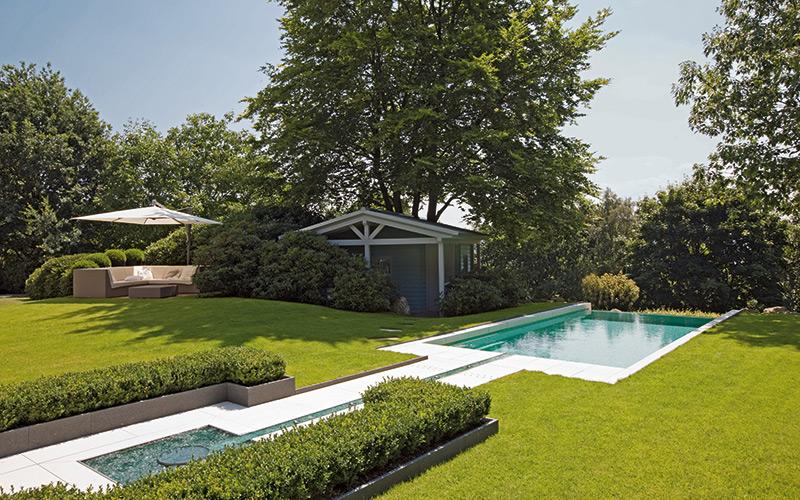 Sklolaminátový bazén Riviera Pool s designovým vodním prvkem