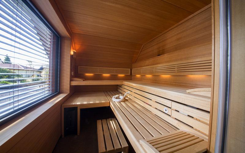 venkovní sauna s výhledem na zahradu