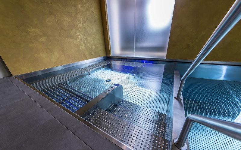 veřejná vířivá vana Imaginox integrovaná do bazénu