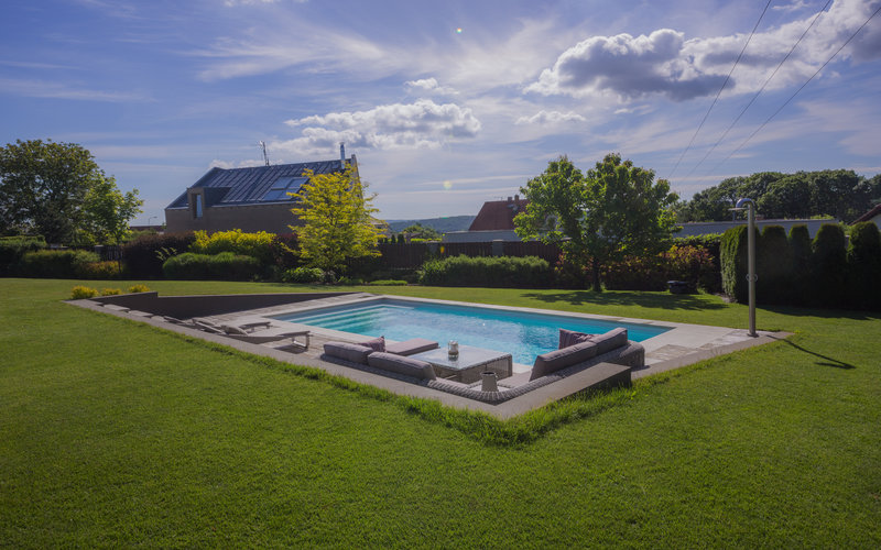 venkovní bazén s odpočinkovou zónou