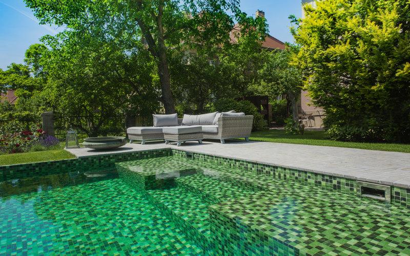 betonový bazén se skleněnou zelenou mozaikou