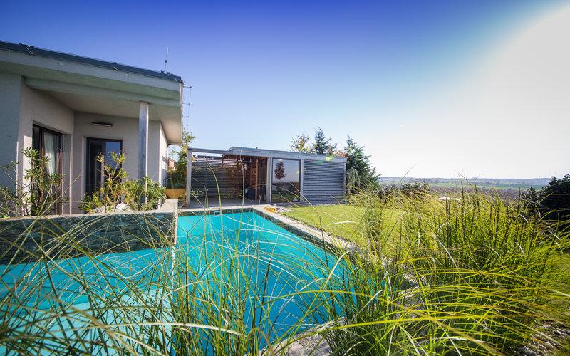 sklolaminátový skimmerový bazén z rodinného domu