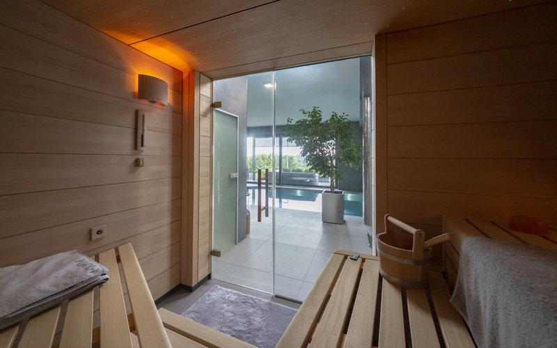 interiér sauny KLAFS se skleněnými dveřmi