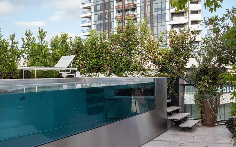 Privátní bazén na terase luxusního bytu v Izraeli