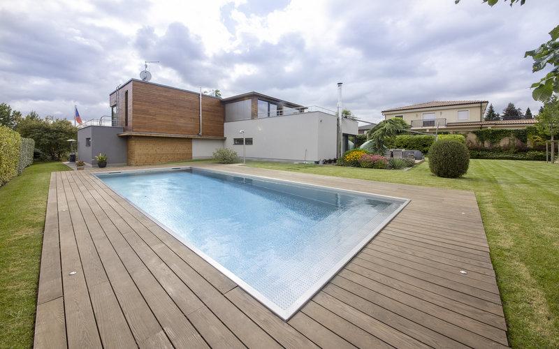 skimmerový nerezový bazén s přiznanou hranou