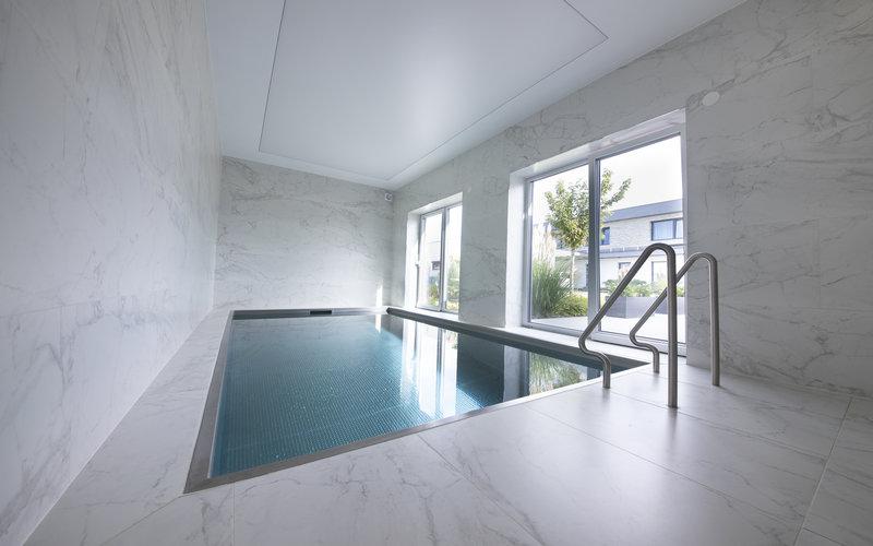 zapuštěný nerezový bazén Imaginox v rodinném domě