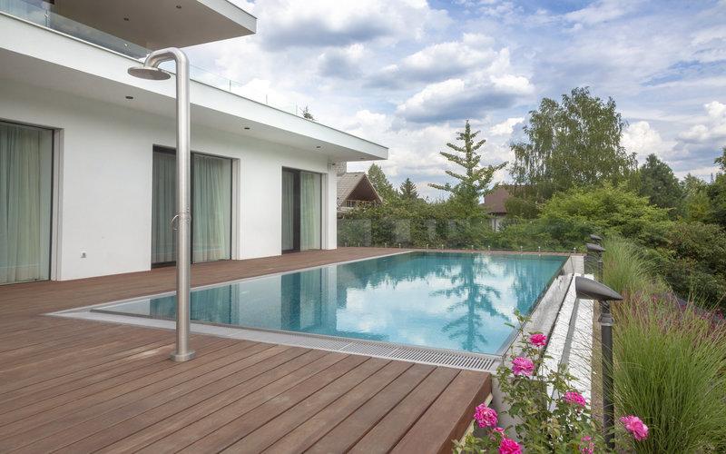 přelivný nerezový bazén s krásným výhledem